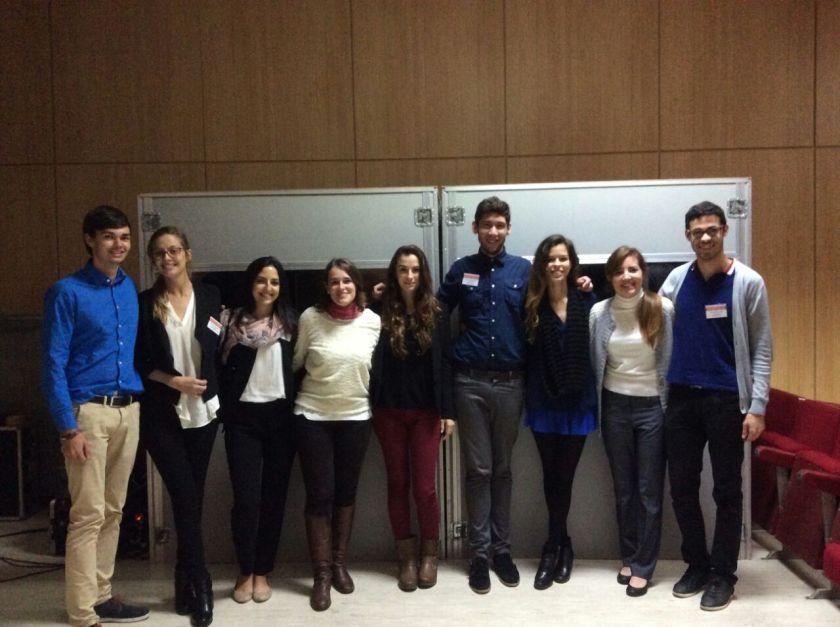 Mis compañeros intérpretes y yo (con falda azul)